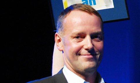 Bjørn Nilsen i Svolvær Byteater ble forbauset og glad da han fikk ANs revystipend av sjefredaktør Jan-Eirik Hanssen