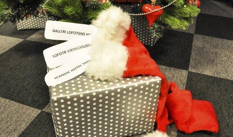 Førjulsgave: Brit Solheim fra Asker vant tre gavekort tidligere i år. Hun har ikke hatt anledning til å bruke dem, og ønsker nå å gi de videre til noen som fortjener det. Kjenner du noen som fortjener en liten oppmerksomhet? Da kan du være med å gi dette til vedkommende. Foto: Synne Mauseth