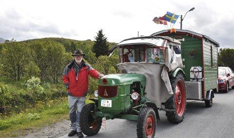 Norge langs på traktor: Denne uka ankom Klaus Schäfer Lofoten i sitt oppsiktsvekkende framkomstmiddel. Han har kjørt hele veien fra Sør-Tyskland. I den hjemmesnekra vogna har han alt han trenger, bortsett fra dusj. Foto: Synne Mauseth