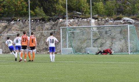 Tre poeng: FK Lofoten tok tre poeng mot Landsås etter at Evard Helmersen Lind scoret på overtid. Her scorer han sitt første, på straffespark.Foto: Kristian ROthli