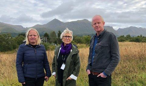 FLYKTNINGELEIR: Wenche Bolle (i midten) fra Stamsund har sett flyktningeleirer i Hellas på nært hold som frivillig hjelpearbeider. Her sammen med stortingsrepresentantene Mona Fagerås og Lars Haltbrekken.