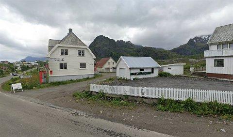 Den gamle brannstasjonen ligger rett bak Telemuseet på Sørvågen. Vedtaket skal sikre parkering for museet.