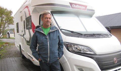 Rolf H. Hansen kjøpte denne bobilen forrige fredag. Mandag gjorde uværet at det ble skader på baksiden av bilen.