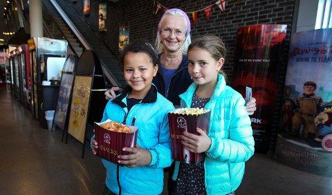 Tøff trio:Kjersti Brænne fra Moss hadde tatt med seg barnebarnet Anna Brænne (9, til venstre) og hennes venninne Leah Hjelkrem (9) på to barnefilmer.