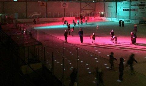 STEMNING: Lys og musikk skaper ordentlig fredagsstemning på isen.