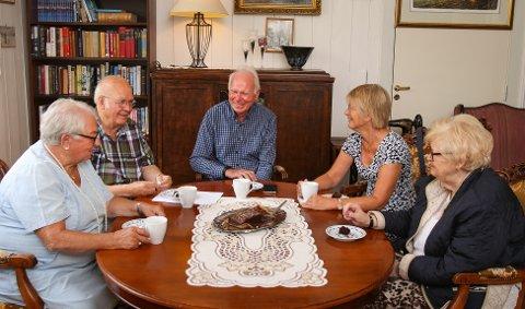 TRIVSEL: Velferdssentralen for eldre i Sykehusgata er en viktig møteplass for mange. Jorunn Rismark (76, fra venstre), Thor Dramstad (83), Ragnar Hauglie-Hanssen (80), Ann Bonde Kristiansen (68) og Jorun Bergene (77) er aktive brukere av seniorsenteret.