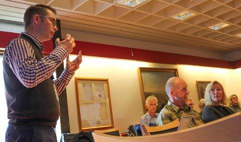 PLANER: Bane Nor lager nå folkemøter i Rygge og Råde om valg av sted for togparkering. Her orienterer Robert Moan politikere i Moss.