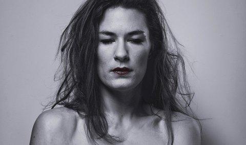 INNHOLD: – Teksten i Dritt / La Merda er både konfronterende, samfunnskritisk og humoristisk, sier skuespiller Helga Guren.