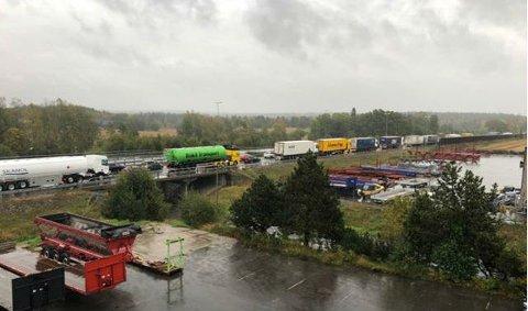 KØ PÅ E6: Hendelsen har ført til at det har dannet seg kø på E6 i Råde i sørgående retning mot Sarpsborg.