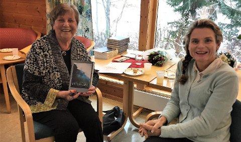 BOKLANSERING: Karin Arnø Arntzen under boklanseringen i Poppelstien i november, her sammen med sjefredaktør Marte Østmoe i Forlagshuset Vetfold. Foto: Privat