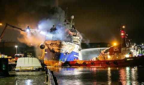 MILLIONKRAV: Brannen i «Bukhta Naezdnik» – som ble bygget i Kristiansund – førte til betydelige  skader på kai 20 i Breivika i Tromsø.