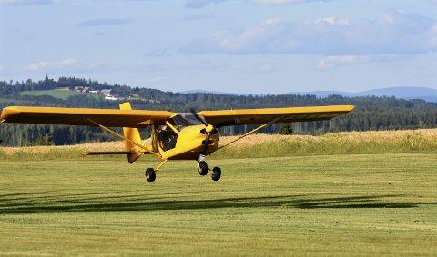 GRESSMATTE: Flyplassen på Bøverbru skal fylles med flyinterreserte lørdag.