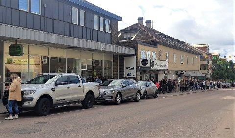 Da det ble åpnet for karantenefri reise til Sverige 25. juli, var det lang kø utenfor Systembolaget.