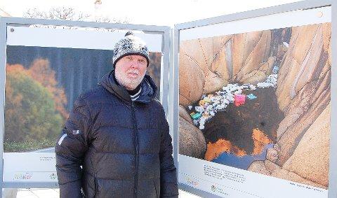 VELDIG FORNØYD: Lederen av Norsk Naturfotofestival, Magnus Reneflot, i Ski er svært fornøyd med gjennomføringen av den digitale festivalen. Billedmontasjene han står ved siden av kan oppleves på Rådhusplassen i Ski en god stund fremover.