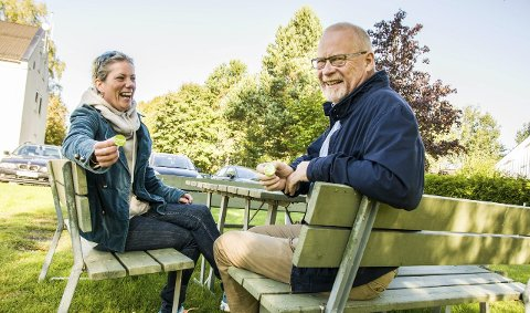 Grønne glis: Trine-Lill Klaastad og Ivar Dillan er opptatt av å endre måten man bor og lever på i Lardal. – Vi vil hive oss på trendene vi ser nedover i Europa, sier de. Foto: Lasse Nordheim