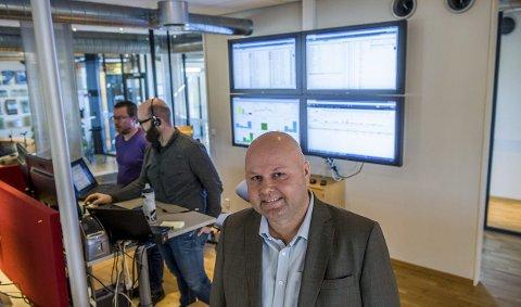 Overvåkes: – Datatrafikken til 180.000 brukere overvåkes og logges fra datasenteret vårt her på Elveveien, sier daglig leder i Technet AS, Roy-Thomas Johannessen. Foto: Bjørn Jakobsen