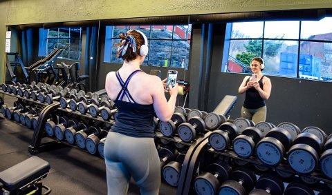 GREIT: Sara Berget illustrerer hvordan det ser ut når man smeller til med en treningselfie. Noe som ikke er ulovlig, hvis ikke det er andre med på bildet.