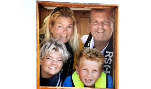 TIL STAVERN: Kristin Stangebye og Ståle Eikeland med barna Vilje Eikeland og William Eikeland.