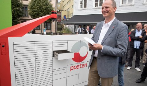 Samferdselsminister Ketil Solvik-Olsen fikk det første brevet fra Postens brev- og pakkerobot, som skal kjøre rundt på egen hånd. Foto: Terje Pedersen, NTB scanpix/ANB