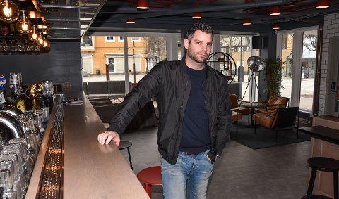 TOK OVER 1. APRIL: Aron Komlosi før Lokket Pub & Bar ble omprofilert til Barcode Elverum.