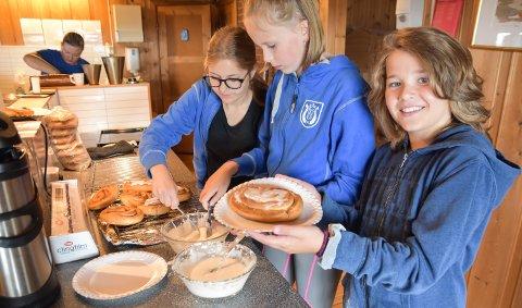 DUGNAD: Aurora Solstad, Kaja Toft Berg-Johnsen og Amund Solstad smører tjukt med melis på de berømte Målia-wienerbrødene.