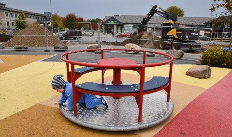 UTVIDES: Løten kommune og entreprenør M. Dobloug er i gang med å bygge den nye miniparken ved lekeplassen i sentrum.