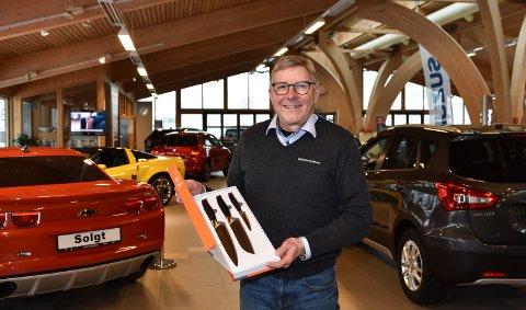 KNIVER: Stig Nordsveen og Elverum Auto Bilsalg gir nybilkundene et knivsett med på kjøpet.