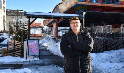 HAR FÅTT NOK: John Herstadhagen mener det er på tide å rydde opp og åpne Storgata for trafikk igjen.