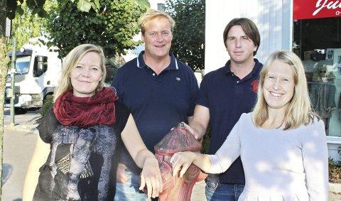 Øyenes stab: Dette er de fire faste i Øyene. Journalistene Therese Eskelund og Nina T. Blix står foran. Bak dem ser du salgsleder Hans Morten Smith-Meyer og ansvarlig redaktør Tor Aslesen.