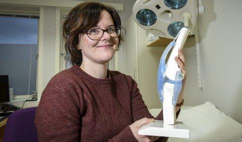 Svar: Doktorgradsstipendiat Veronica Hovind (30) ved Helgelandssykehuset Mo i Rana vil finne svar på hvorfor mange flere pasienter fra Nord-Norge velger et sykehus i en annen region når de skal opererere inn hofte- og kneproteser, enn motsatt. Foto: Øyvind Bratt