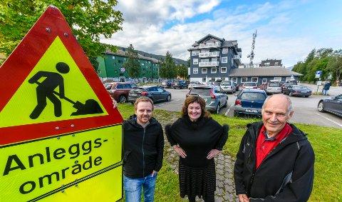 Mats Hansen (t.v.), Anita Sollie og Allan Johansen er glade for at det ikke bare er Nordlandsveien som blir anleggsområde i dette området framover. Nå er det klart at parkeringsplassen ved Furuholmgården blir omgjort til studenetboliger.