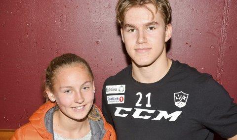 Trøstet hockeyhelten: Hanna Buraas Evensen trøstet Martin Ellingsen etter tapet på Hamar.Foto: Petter Sand