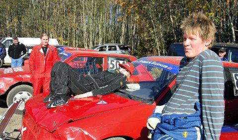 Kate Jevne (15) ligger her på panseret på sin Opel Astra. Foran står Leif-Harald Mathisen og i bakgrunnen ser vi Ann Helen M. Nicolaisen. 19. oktober 2010