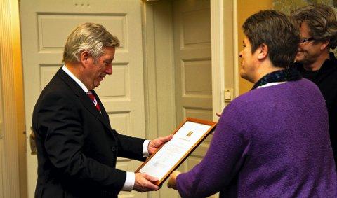 Her mottar Sigbjørn Johnsen BegeistringsPrisen av Hilde Hjelt og Hans Chr. Medlien. 20. november 2010