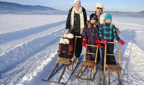 Sparktur: Jorun Sehus med barnebarna Sophie, Thea og Katrine Berg langet ut på den nyfreste mjøsisen. 27. januar 2011