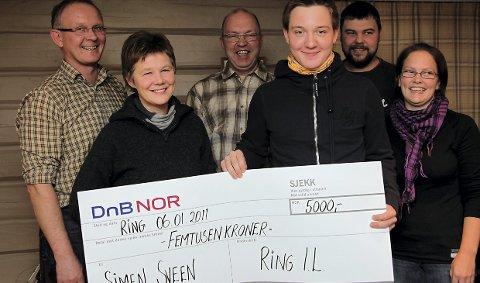 Ring IL: nestleder Anne Lene Dalseg overrasker Simen Sveen med en sjekk på 5000. Bak ser vi Inge Sveen, Nils Herman, Jan Martin Heggelund og Kristine Fløtlien. 8. januar 2011