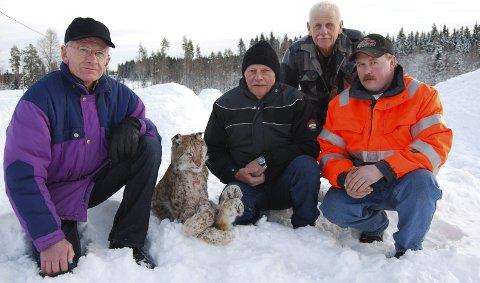 Skjøt gaupe: Jaktlag fra Ring og Næroset, fra venstre: Erik Skaug, Jan Kullbunn, Øyvind Solli og Leif Tore Løkken. Tor Danielsberg var ikke til stede. 8. februar 2011