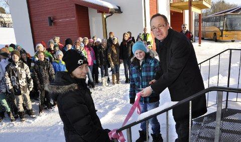Snorklipp: Rådmann Jørn Strand og sjuendeklassingene Nina Syvertsen (til venstre) og Anny Karoline Vangsnes klipper silkebåndet og markerer at Nes Vannverk er offisielt åpnet. 10. februar 2011