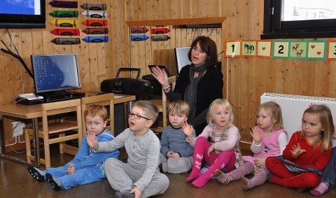 Synger på engelsk: Ped.leder Mette Linnerud leder an sangen med Albert, Markus, Linus, Emilie Kristina, Marthe og Vilma. 1. mars 2011
