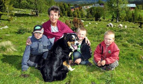 Bestemor skremte bjørn: Bestemor Grethe Bergestuen og barnebarna Sondre, Iver og Even. 31. mai 2011