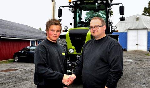 Lærling: Avdelingsleder hos Akershus Traktor, Martin Galgum, ønsker avdelingens første lærling Martin Dalsberget velkommen. 14. mai 2011