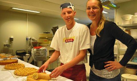 Lærling: John Slåtsveen er 12. lærling som tok fagbrev hos Baker Kristiansen. Til høyre står Trude Bergundhaugen. 18. juni 2011