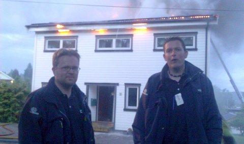 Brann i Moelv: Vekterne Bjørn Ness og Kenneth Sveen fikk reddet ut beboeren i det brennende huset i Pinnerudvegen. 23. juni 2011