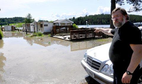 Flom: Sverre Vold måtte flytte campingvogna si på Steinvik camping. 14. juni 2011
