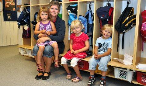 Kremmerhuset barnehage: Styrer Brita Slaatsveen og Tilde Heimdal, Astrid Nytrøen og Linus Fjerdingen Kjonerud viser fram den nye garderoben, fra 4. august 2011.