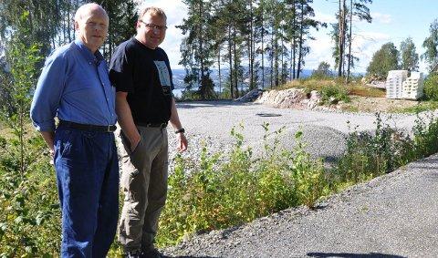 Bygger for framtida: Per Knut Mølstad og sønnen Arne står her ved tomta der demonstrasjonshuset i Fjølstadmarka i Moelv skal bygges. 25. august 2011