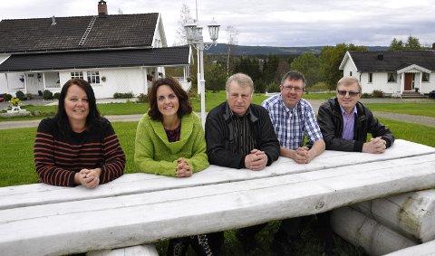 """""""Brumundbenken"""": Disse fem utgjør """"Brumundbenken"""" i Ringsaker kommunestyre:  Fra venstre Ellen Myhre (H), Hanne Sofie Holmen (V), Lars Raknerud (Sp), Haakon Wiig (RL) og Oluf Maurud (KrF). 20. september 2011"""