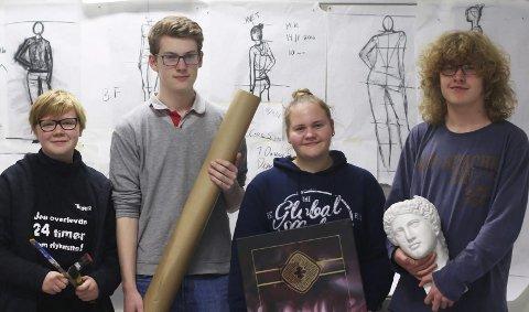 Fra venstre: Tuva Larsen (16), Even Kristiansen (16), Julie Kristiansen (16) og Sivert Aarflot (16) er elever i 1 KDA.