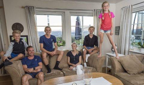 Samlet: Aktivitetsnivået hos familien Sørgård og Øien er høyt. Kun en sjelden gang dumper Jørgen, Krister, Emil, Hanne, Jonas og Emma ned i sofaen sammen.