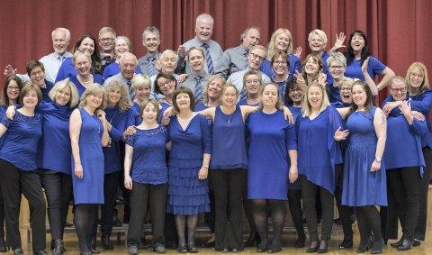 40-årsjubilanter: Medlemmene i Skjetten Dur & Moll klarer ganske bra å smile på kommando – når de ikke synger. Håpet er at de skal klare det samme på Torvet under Byfesten – mens de synger.Foto: Vidar Sandnes